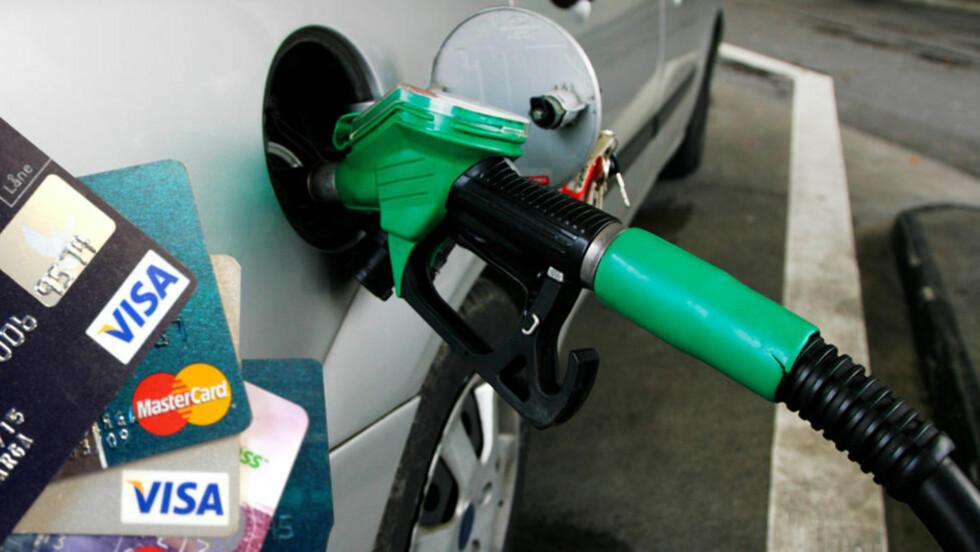 RABATT: Flere kredittkort gir rabatt når du fyller drivstoff, men hvor mye avhenger av kortet og hvor du fyller. Foto: RAMA / AUTOFIL / BERIT B. NJARGA / DINSIDE.NO