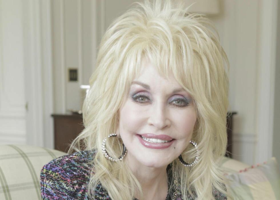 TIL OSLO: Om få dager synger Dolly Parton i Oslo Spektrum. Her er countrystjerna på Savoy Hotel i London i vår. Foto: BULLS PRESS