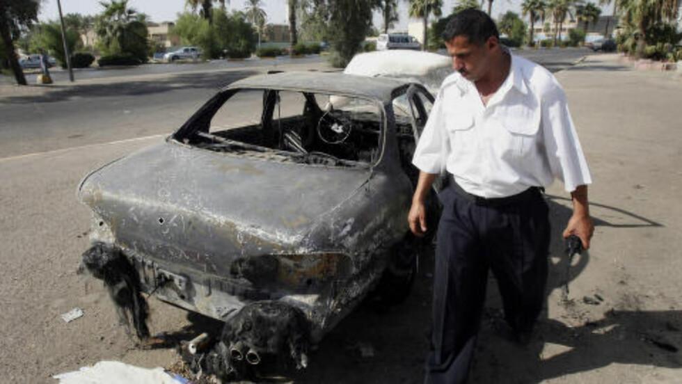 ØDELAGT: En irakisk politimann ved Nisour, etter massakren i september 2007. Foto: AP / Khalid Mohammed / NTB scanpix