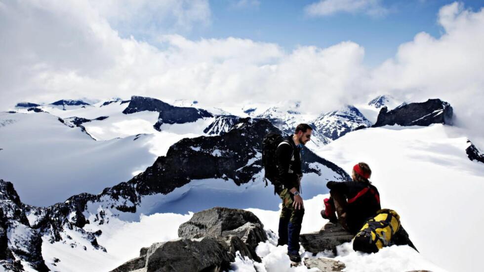 TIL TOPPS: For noen år siden var kronprins Haakon på toppen av Galdhøpiggen. Men i hvilken kommune ligger Norges høyeste fjell? Foto: NINA HANSEN