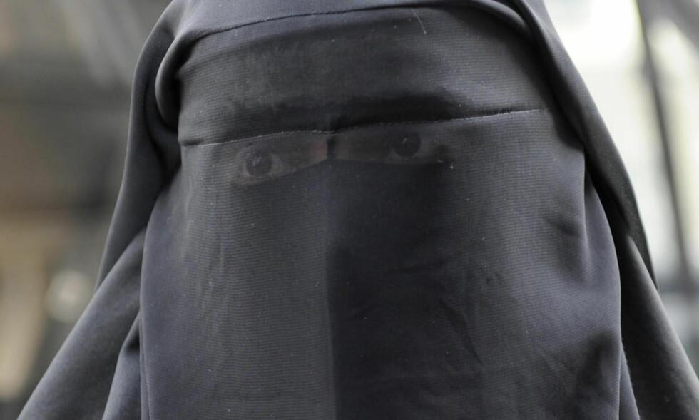 IKKE ET MENNESKRETTIGEHTSBRUDD:. Å forby niqab strider ikke mot menneskrettigehten, slår EMD fast. Foto: Gonzalo Fuentes / Reuters
