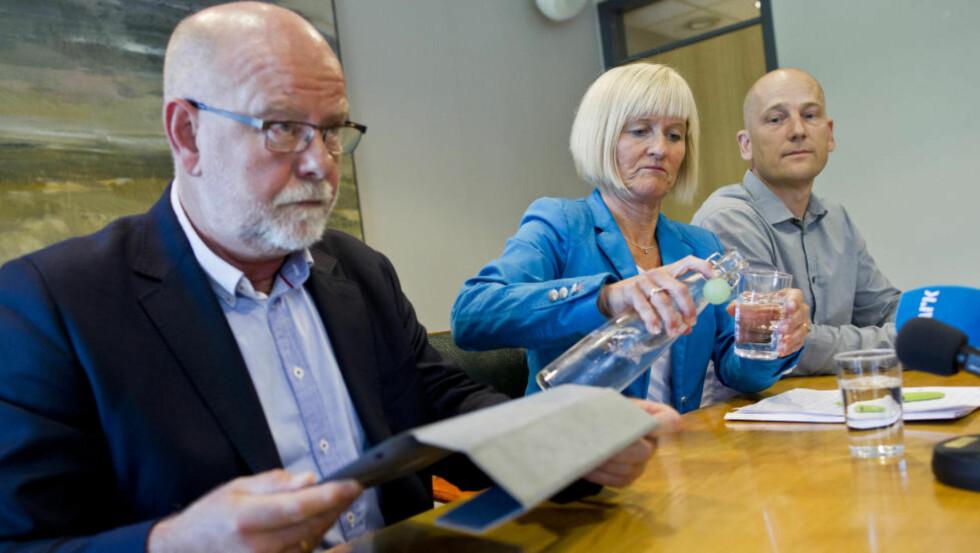 LÆRERSTREIK: Terje Skyvulstad (f.v.), 1. nestleder i Utdanningsforbundet, leder Ragnhild Lied og 2. nestleder Steffen Handal under en pressekonferanse i Utdanningsforbundet i Oslo i forbindelse med at titusener av lærere tas ut i streik. Foto: Vegard Grøtt / NTB scanpix