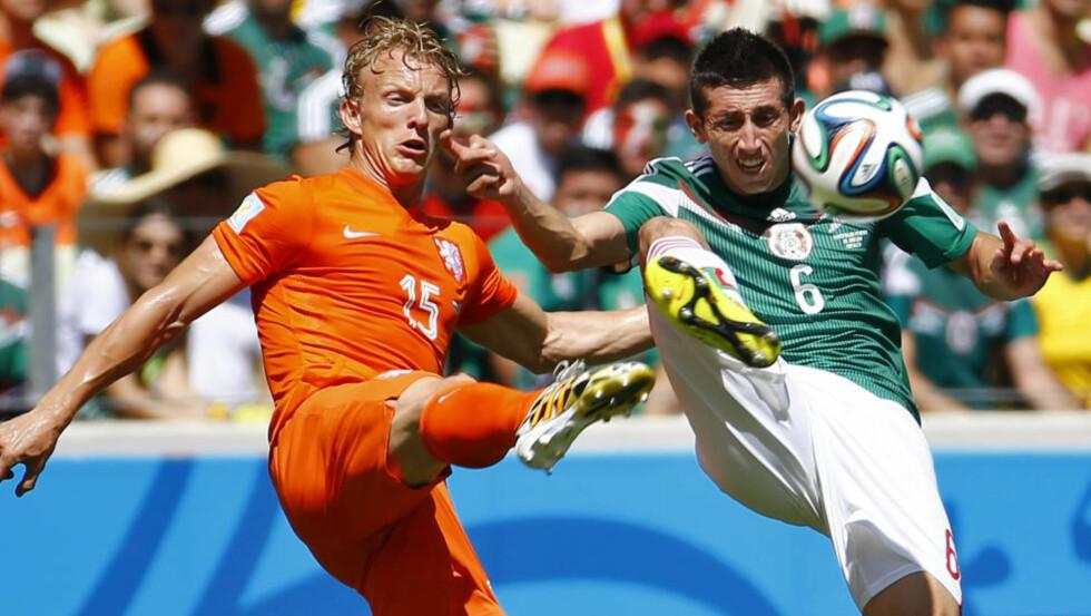 ALLSIDIG: Dirk Kuyt har imponert som venstre vingback og fått en sentral rolle på Nederlands VM-lag. Foto: Dominic Ebenbichler / Reuters / NTB Scanpix