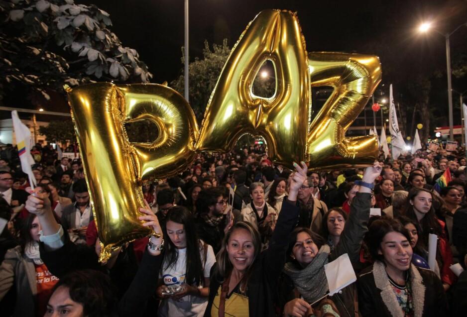 FEIRET I GÅR: Kolombianere feiret i går fredsavtalen mellom FARC og den kolombianske regjeringen i hovedstaden Bogota med ballonger som formet ordet paz (fred).  Foto: NTB Scanpix