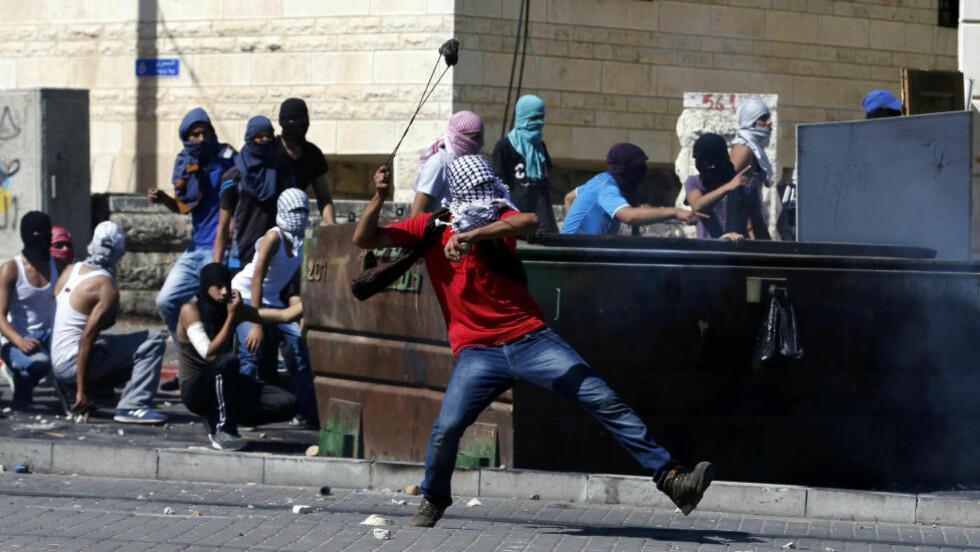 SAMMENSTØT:  Dette bildet er fra et sammenstøt mellom israleske sikkerhetsstyrker og palestinsk ungdom i Jerusalem i dag. Foto: Baz Ratner / Reuters / NTB Scanpix
