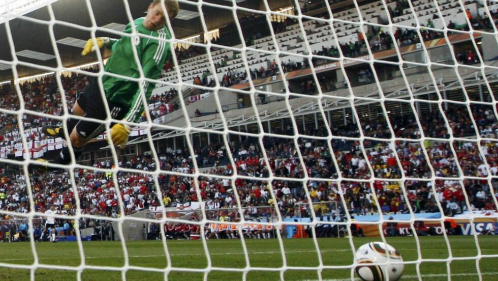 VM I 2010: Fra sin plankeaktige posisjon i lufta kunne Manuel Neuer bare håpe på at ingen dommere merket at ballen var inne mot England. Det gjorde de ikke. Slike feil er utelukket under årets VM, men i Tippeligaen kan de forekomme også i åra som kommer. Foto: Eddie Keogh / Reuters / NTB Scanpix