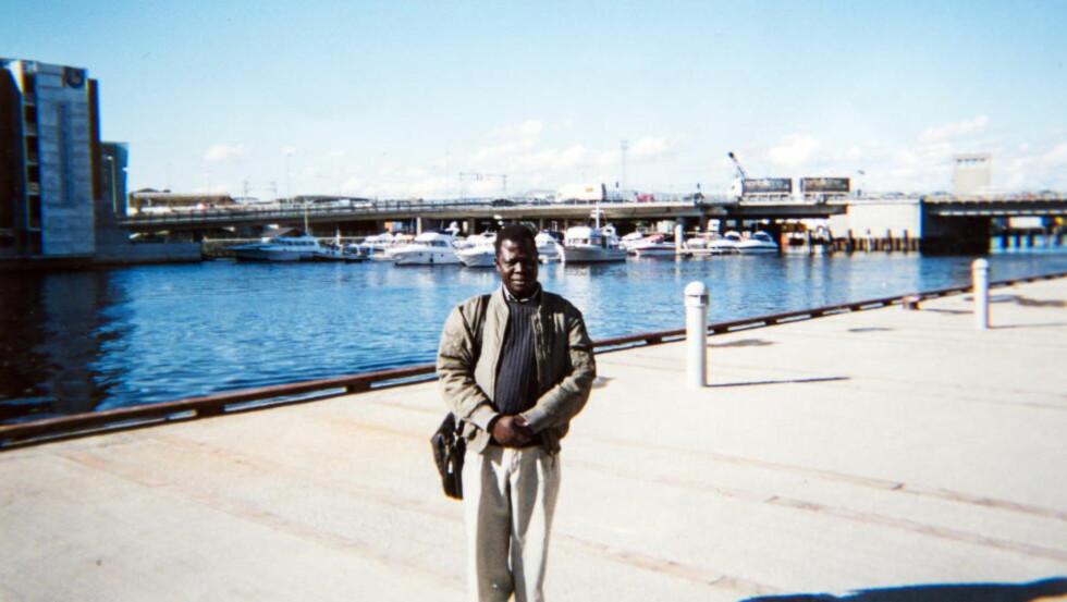 I retten: Familiefaren og trondheimsmannen Okello Akway (52) er fengslet i Etiopia og tiltalt for terror. Her er han ved Nidelva i Trondheim sentrum. Foto: Privat