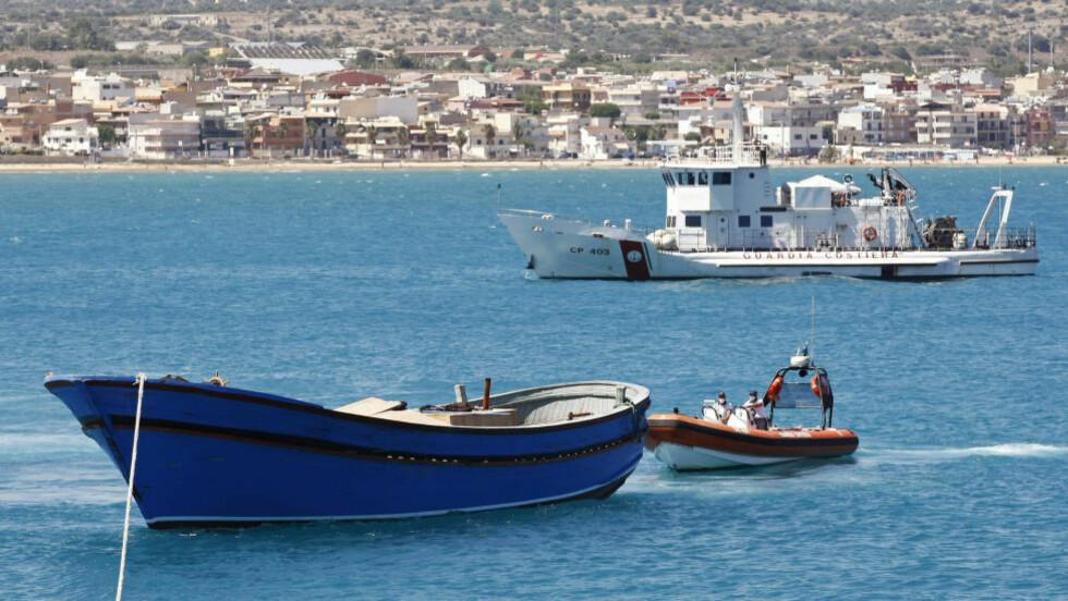 TRAGEDIE: FN frykter at så mange som 75 båtflyktninger er savnet etter et forlis utenfor kysten av Italia tirsdag. Bildet fra havna Pozzallo på Sicilia er tatt i helgen etter at rundt 45 døde migranter ble funnet i en overfylt båt på vei fra Nord-Afrika til Europa. Foto: Antonio Parrinello / Reuters / NTB scanpix