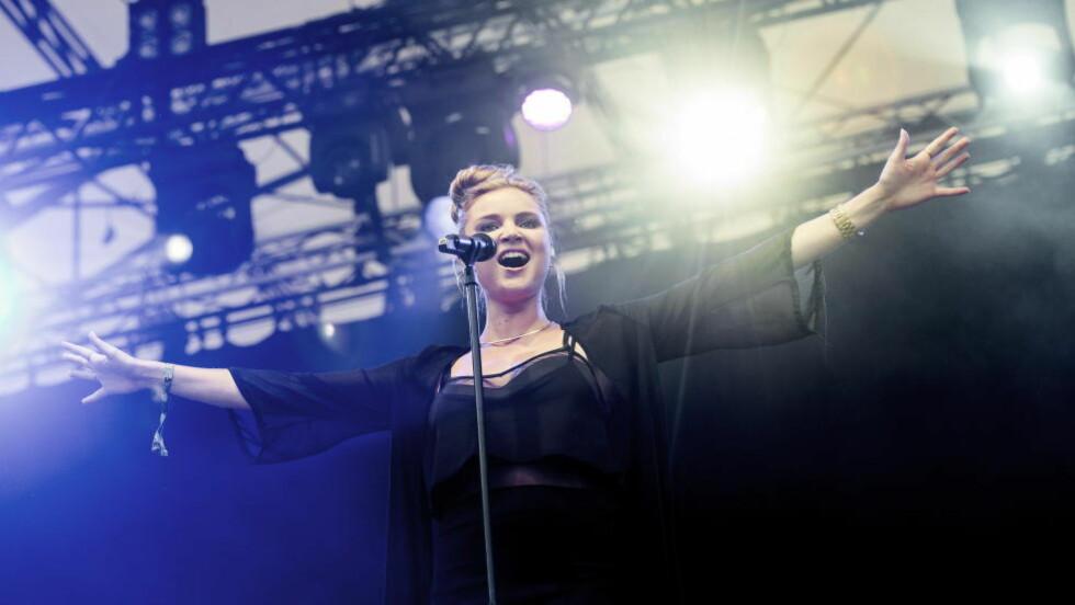 ANONYM: Hvem var vokalisten? Hun introduserte seg aldri. Men var veldig flink til å strekke ut armene. Foto: John T. Pedersen / Dagbladet