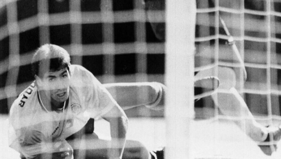 DREPT: Andrés Escobar var uheldig og løp ballen i eget nett mot USA i 1994-VM. Den kostet den 27-årige colombianeren livet. I går ble han minnet. Foto: AP / NTB SCANPIX