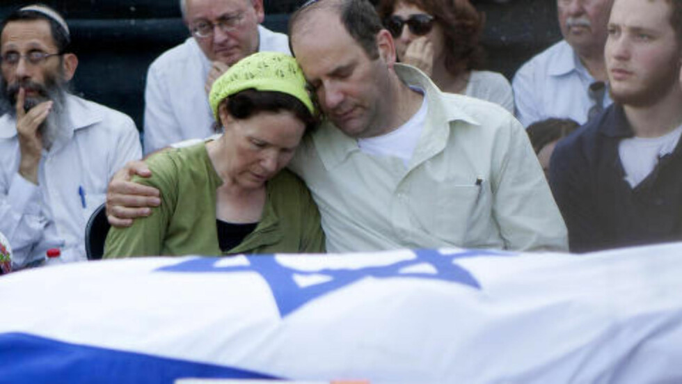 BEGRAVELSE: Avi og Rachel Fraenkel omfavner hverandre i begravelsen til sønnen Naftali. Han var en av de tre israelske tenåringene som ble funnet drept. Foto: AP Photo/Tomer Appelbaum