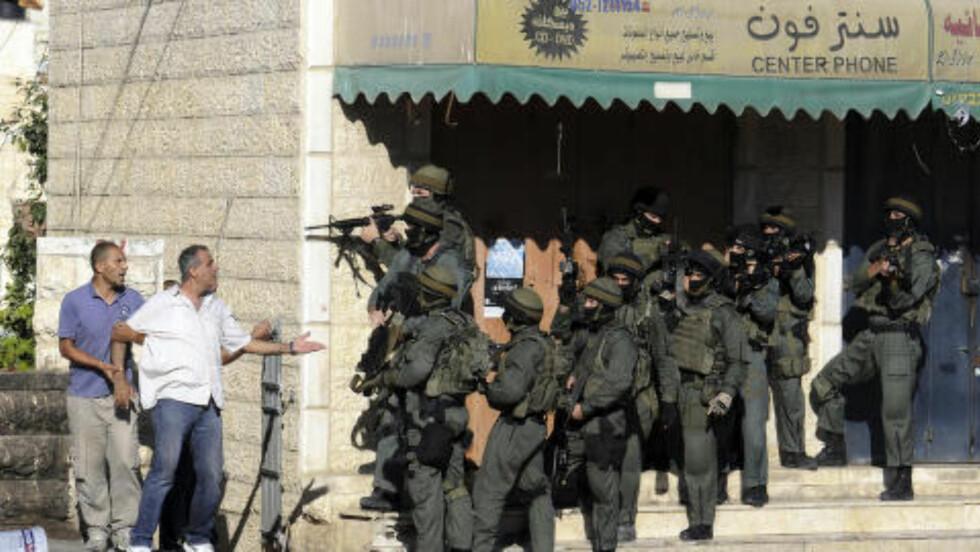 SAMMENSTØT: Palestinere krangler med israelsk grensepoliti i Jerusalem. Foto: AP Photo/Mahmoud Illean
