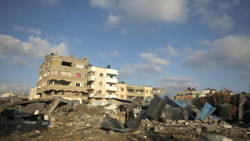 RAKETTANGREP: Palestinere ser på ødeleggelsene etter flere dusin luftangrep fra Istrael i natt. Foto: AFP  / MOHAMMED ABED / NTB SCANPIX