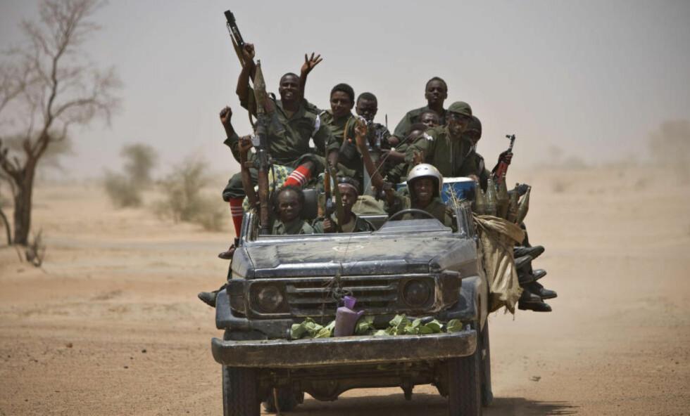 BEVÆPNEDE GRUPPER: Stadig flere bevæpnede grupper gjør arbeidsforholdene til bistandsorganisasjoner vanskelig i flere land. Bildet er fra Tsjad hvor det har vært omfattende kamper. Foto: REUTERS/NTB Scanpix.
