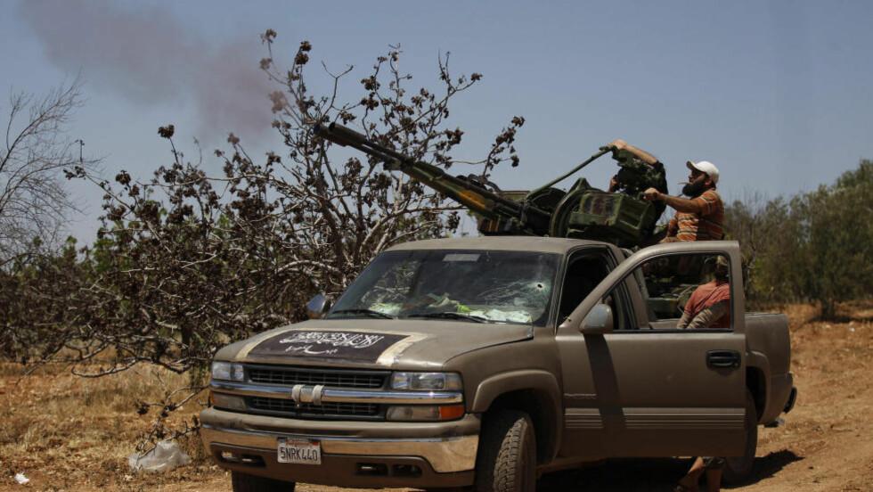 Krigere: Al-Nusra geriljakrigere i kamp i Syria. Nå har de overlatt byer i Syria til ISIL. Foto: Hamid Khatib/Reuters