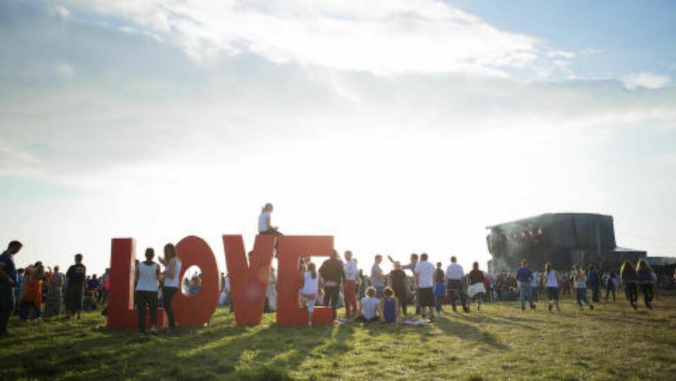 Foregangsfestival : I over 10 år har Sommerfesten på Giske laget festival i havgapet. Gründerne bak festivalen sier det ikke er profitt, men heller det at det er gøy å arrangere, som gjør at de har holdt på så lenge. Foto: Kristin Støylen