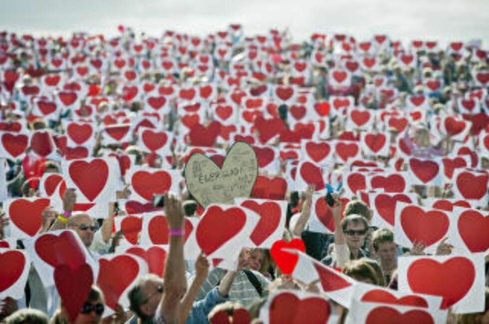 Hav av hjerter: Etter 22. juli 2011 ble det holdt minnekonsert under Sommerfesten på Giske. Foto: Stig Havnevik