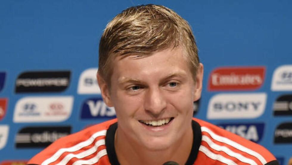 SMILTE: Kroos flirte på pressekonferansen da han ble konfrontert med overgangsrykter i går.Foto: AP Photo / Martin Meissner / NTB Scanpix