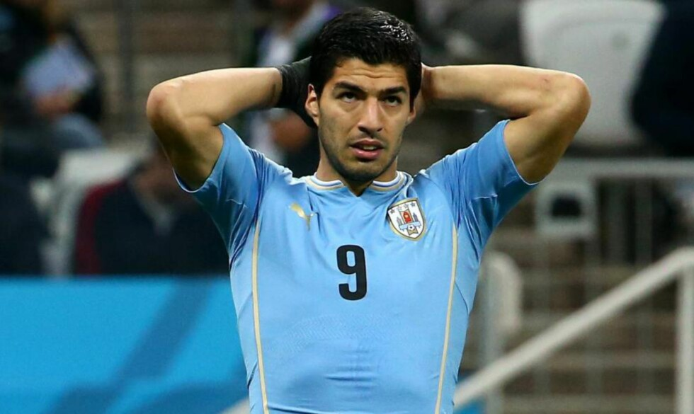 SNART SOLGT?:Luis Suarez er på vei fra Liverpool til Barcelona. Selv om han er utestengt fra all fotballaktivitet i fire måneder, røper Fifa at de ikke kan hindre Suarez fra en medisinsk test før en eventuell overgang. Foto: EPA/DIEGO AZUBEL