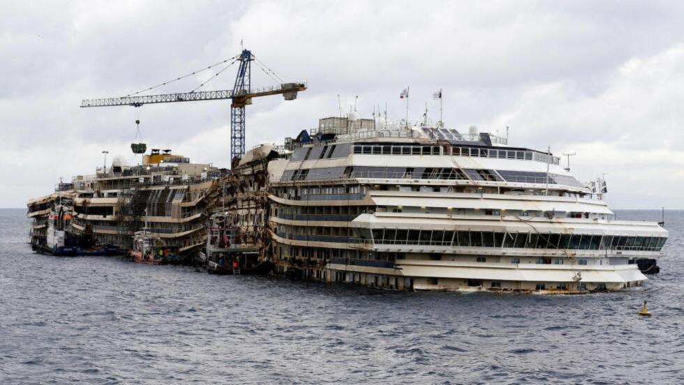 SKAL FLYTE: Cruiseskipet Costa Concordia heves til overflaten igjen etter at det sank for to og et halvt år siden. Foto: REUTERS/Alessandro Bianchi/Files