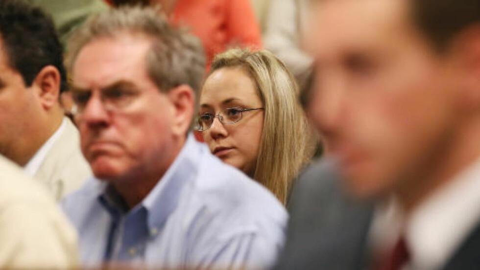 STØTTER: Kona til Ross Harris, Leanna, støtter ektemannen og var til stede under fengslingsmøtet. Foto: AP Photo/Marietta Daily Journal, Kelly J. Huff, Pool