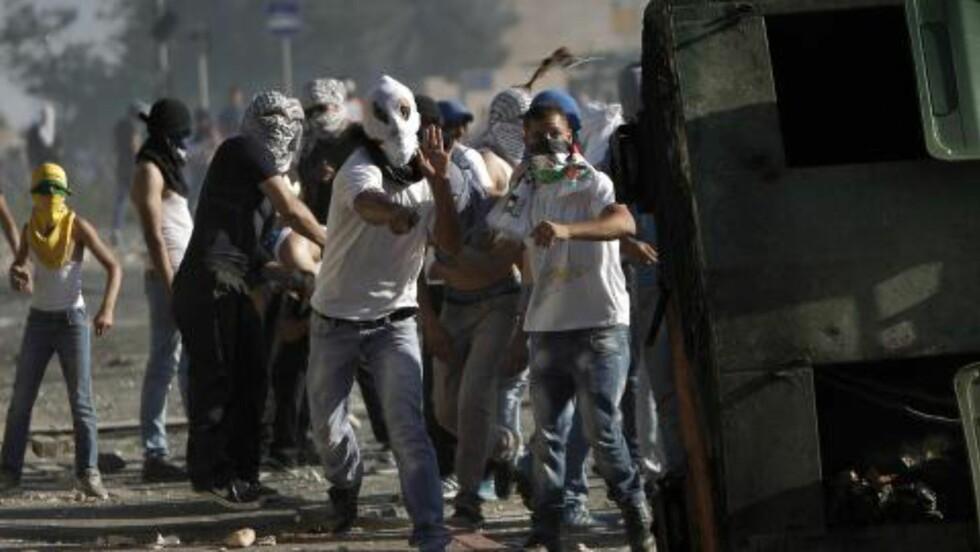 ANGREP POLITIET:  Onsdag og torsdag var det sammenstøt mellom israelsk politi og maskerte palestinske demonstranter i Øst-Jerusalem. Foto: Ahmad Gharabli / AFP Photo / NTB Scanpix