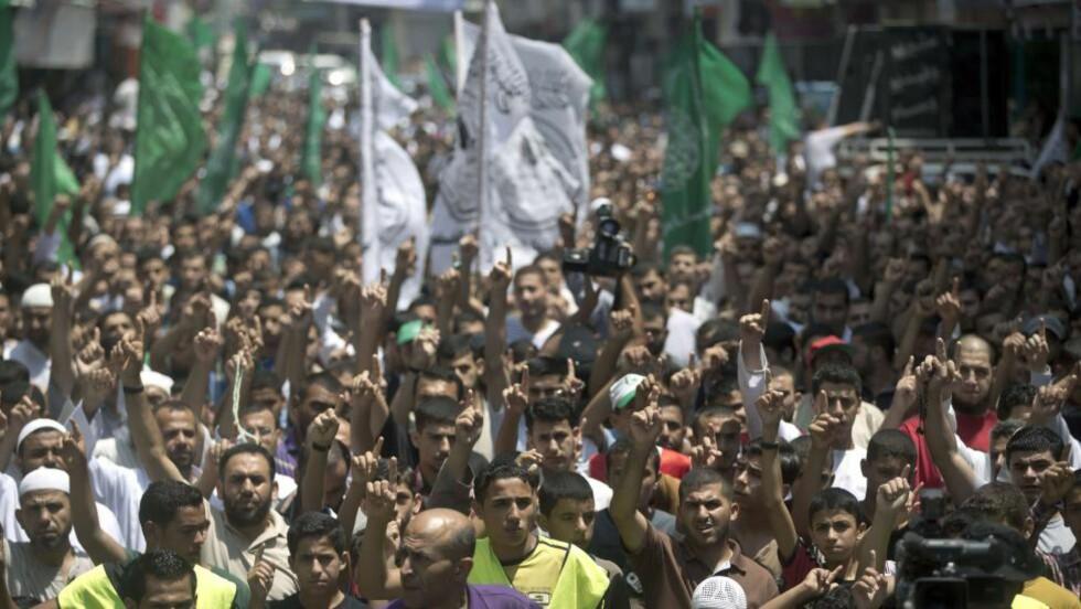 DEMONSTRERTE:  Palestinske Hamas-supportere demonstrerte mot kidnappingen og drapet på den palestinske 16-åringen før begravelsen i Jerusalem i dag. Foto: Mahmud Hams / AFP Photo / NTB Scanpix