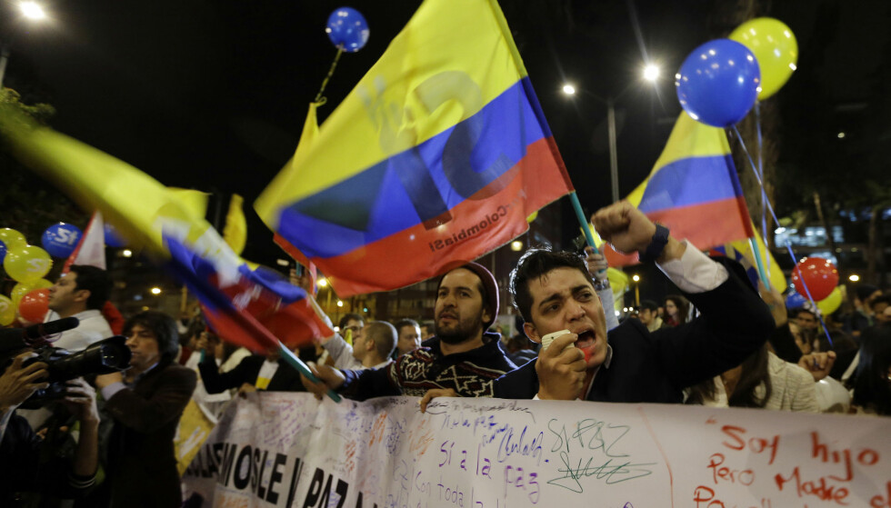 FRED: Colombianere som feiret fredsavtalen mellom FARC og regjeringen, 24. august 2016. Foto: AP Photo/Fernando Vergara.
