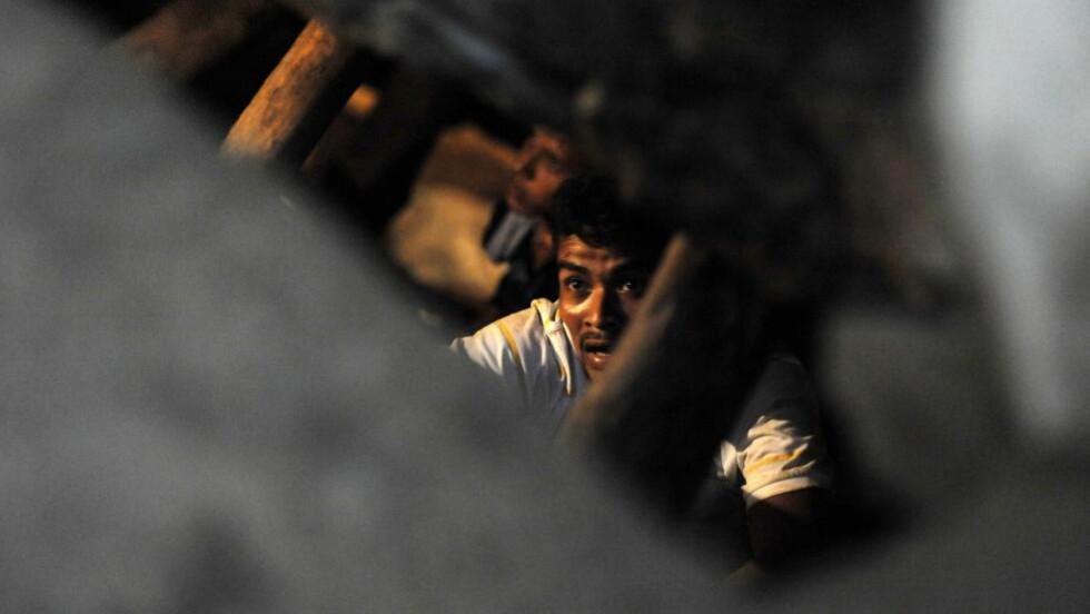 INNESPERRET: Redningsarbeidere har berget ut tre av de elleve gruvearbeiderne som ble sperret inne da en gullgruve raste sammen sør i Honduras, ifølge myndighetene. Foto: AFP / ORLANDO SIERRA / NTB SCANPIX