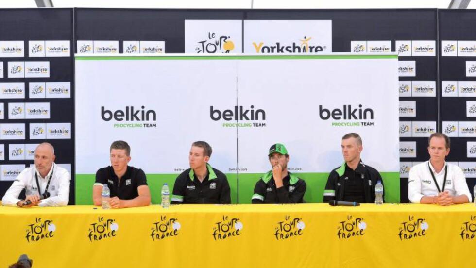 SJEFENE: Nico Verhoeven (til venstre) og Richard Plugge (til høyre) vraket Lars Petter Nordhaug til Tour de France for å ha et best mulig lag til å støtte Bauke Mollema (tredje fra venstre) og Laurens Ten Dam (tredje fra høyre). Foto: Tim De Waele/©TDWSport.com