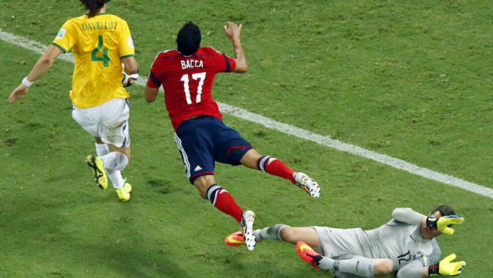 STRAFFE: Brasils keeper Julio Cesar sørget for at Colombia fikk ett mål i kvartfinaleoppgjøret - etter denne nedklippingen av Carlos Bacca. Foto: AP Photo / Fabrizio Bensch / NTB Scanpix