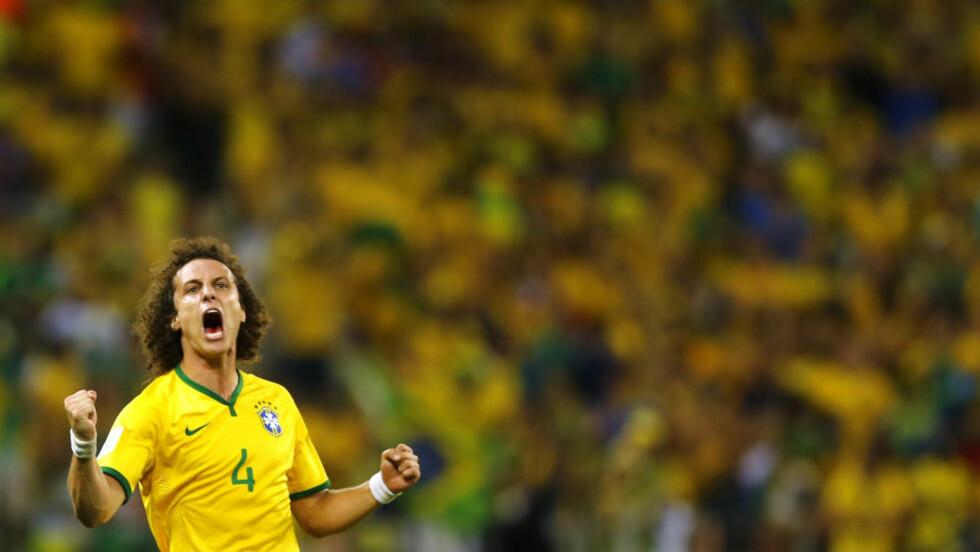 LETTELSE: David Luiz var svært glad og lettet over å sette inn Brasils andre mål for kvelden - og viste det tydelig etter frisparkperlen sin. Foto:    REUTERS/Marcelo Del Pozo