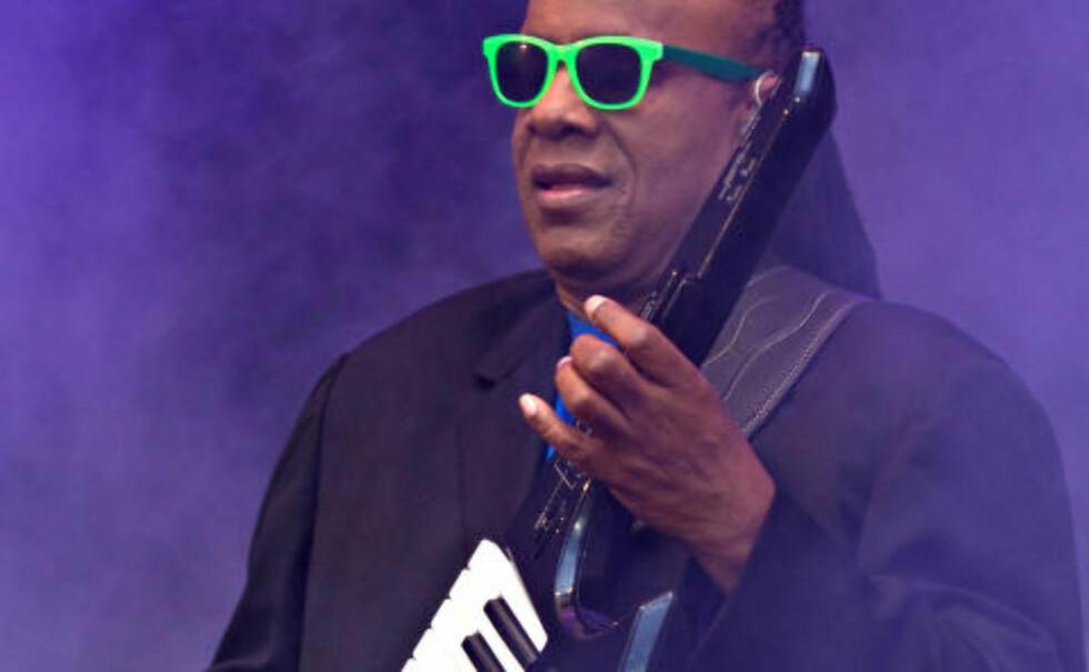 HÅNDHOLDT: Stevie Wonder spiller keyboard både stående og sittende. Foto: Bjørn-Owe Holmberg / Dagbladet