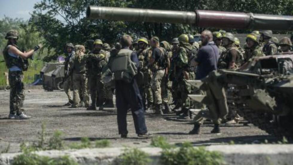 RYKKET NÆRMERE: Ukrainske styrker har de siste ukene og dagene rykket stadig nærmere Slavjansk, og dette bilder fra i dag viser regjeringsstyrkene ved en av kontrollpostene. Foto:  (AP Photo/Evgeniy Maloletka)