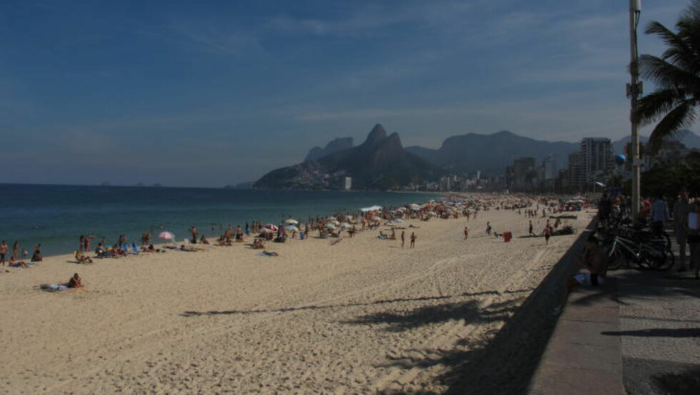 PARADIS:   Livet på Ipanema-stranda i Rio de Janeiro gikk sin gang i formiddagstimene i dag. FOTO: TORE ULRIK BRATLAND