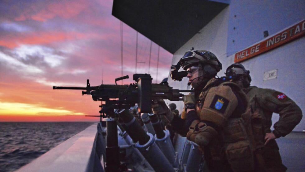 KLAR TIL Å SKYTE: Mannskapet om bord KNM «Helge Ingstad» gjorde seg klare til å skyte med skarpt mot de to båtene. Bildet er ikke fra den aktuelle situasjonen. Foto: REUTERS/ Marthe Brendefur/Norwegian Armed Forces/Handout via Reuters/NTB Scanpix