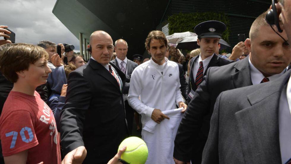 PRESS:  Alle vil ha en bit av Roger Federer  under Wimbledon-turneringen. Foto: NTB Scanpix