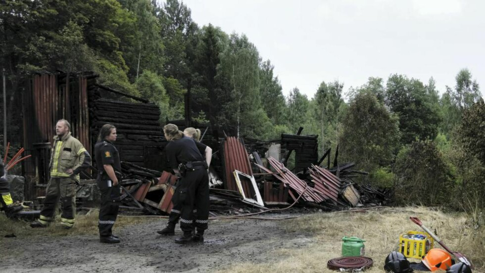 TO FUNNET: To personer er funnet døde etter at et bolighus i Tvedestrand brant ned til grunnen fredag. Foto: Tor Erik Schrøder / NTB scanpix