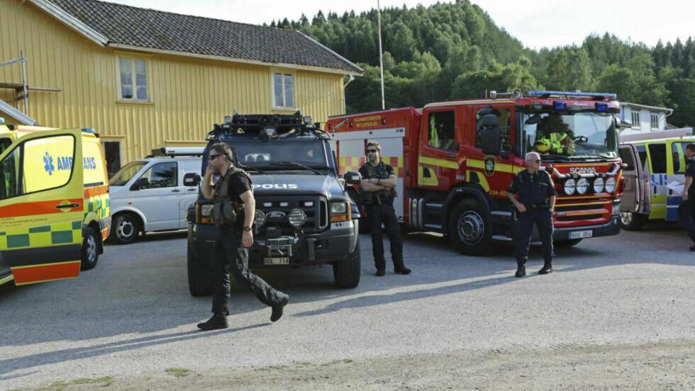 EKSPLOSJONSTRUSSEL: Politiets bombegruppe, brannvesen og ambulanse er på blass i Bärfendal i Dingle i Bohuslän. En mann har barrikadert seg på en gård og truer med å detonere eksplosiver.  Foto: Robert Betzehag / TT / NTB scanpix