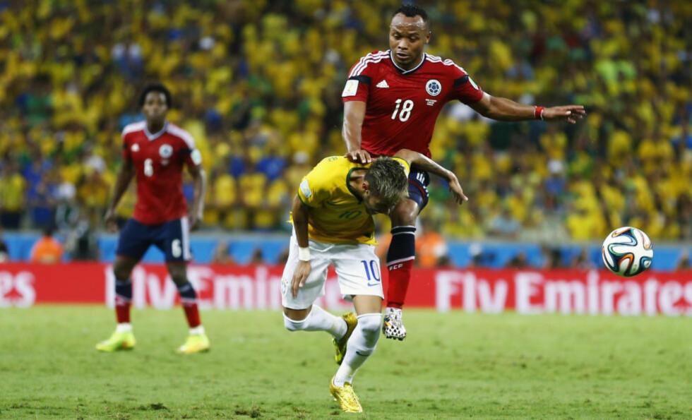 SKADET: Det var i denne duellen Neymar Jr. pådro seg et brudd i en ryggvirvel. Foto: NTB Scanpix.
