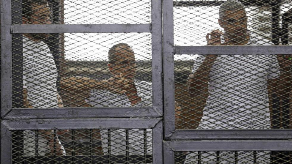 FENGSLEDE JOURNALISTER: Al Jazeera-journalistene (f.v.) Peter Greste, Mohammed Fahmy og Baher Mohamed ble i juni dømt til flere års fengsel for å samarbeide med Det muslimske brorskapet i Egypt. Foto: Asmaa Waguih/ Reuters / NTB scanpix