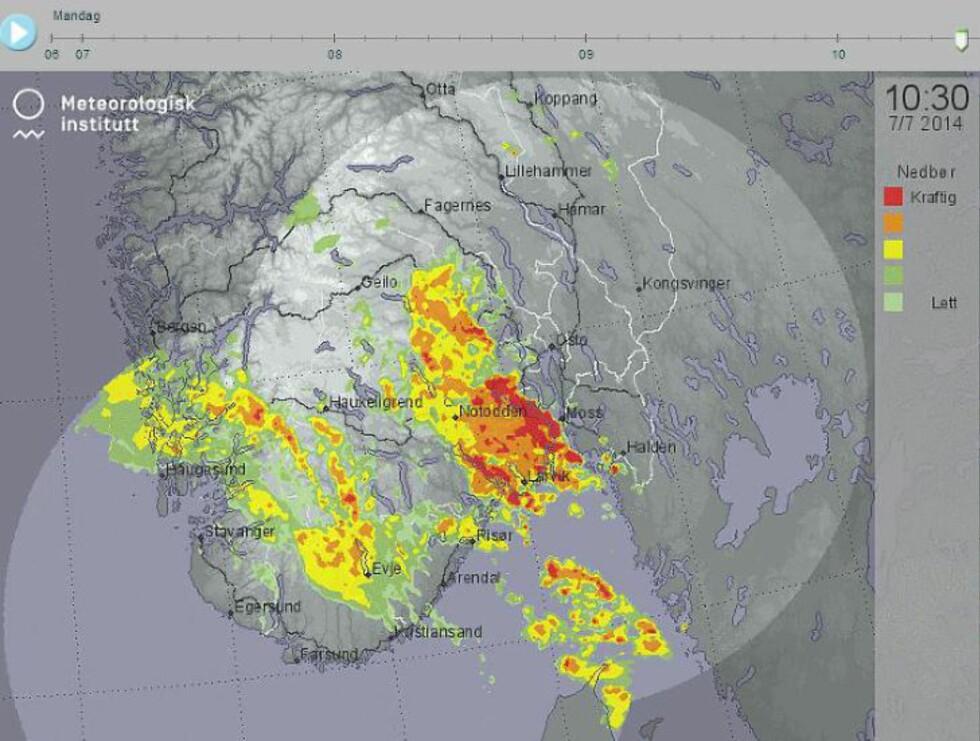 10:30: Halv elleve er det kraftig regn flere plasser på Østlandet. Skjermdump: Yr.no