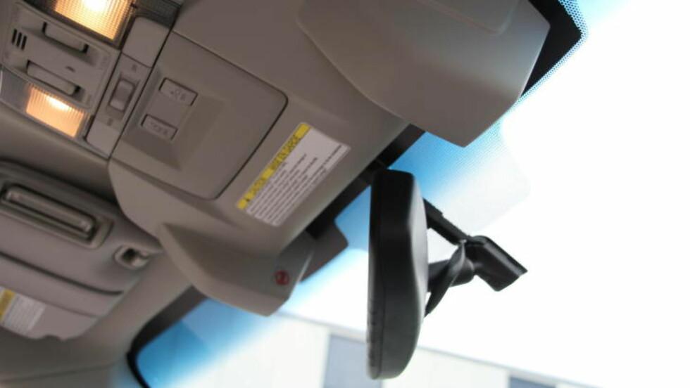 VED SIDEN AV SPEILET: Et kamera på hver side av speilet følger med på hva som skjer foran bilen. Når får vi kameraer bak?  Foto: FRED MAGNE SKILLEBÆK / DINSIDE.NO