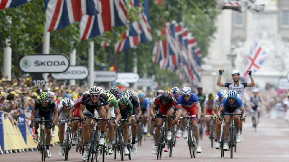 FOLLOW THE LEADER! Marcel Kittel var på ny ustoppelig da Tour de France inntok Londons gater. Ute til venstre kan du skimte drakten til Alexaner Kristoff. FOTO: EPA/Kim Ludbrook