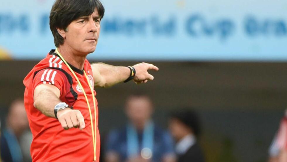DOMMERBØNN: Tyskland-trener Joachim Löw ber dommerne beskytte de elegante spillerne bedre fra de destruktive. Foto: Patrik Stollarz, AFP / NTB Scanpix