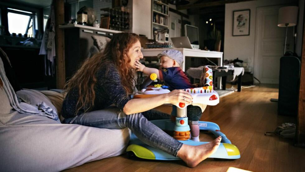 NY I MAMMAROLLEN: Lille Viljar på syv måneder gjør at Lise Klaveness (33) finner mening i hverdagen etter at hun la opp som fotballspiller. - Jeg tror ikke det er noe som er like spennende som å få barn, sier hun. Foto: JØRN H. MOEN