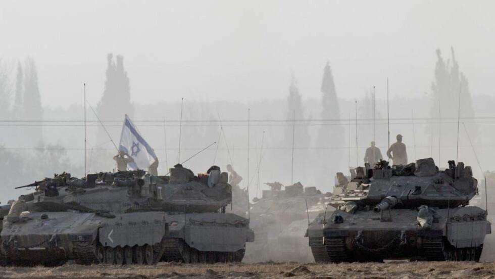 KLAR TIL STRID: Israelske Merkava-stridsvogner står klare ved grensa til Gaza. Nå kalles det inn 40 000 reservesoldater for å forberede en mulig bakkeaksjon. Foto: AFP/JACK GUEZ/NTB SCANPIX