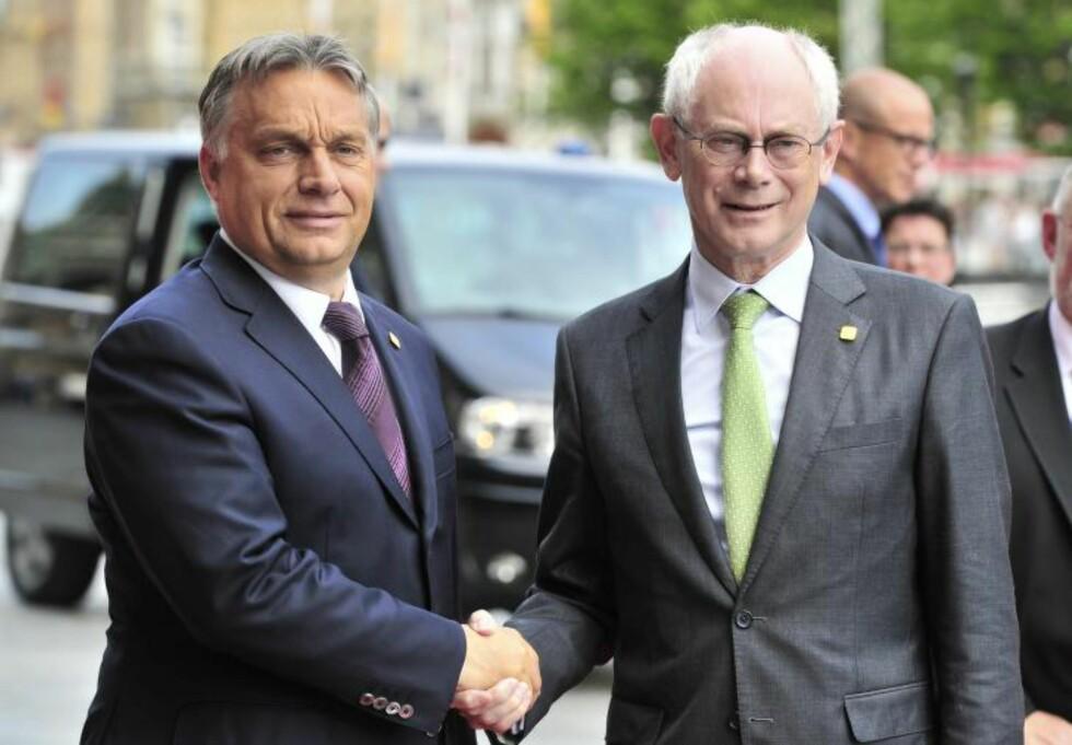 UTSKUDD: Ungarns statsminister, Viktor Orbán, ønskes velkommen til EU-toppmøtet i Ipre av EUs rådspresident, Herman Van Rompuy. I EU ser man i økende grad på den autoritære nasjonalisten Orbán som et plagsomt politisk utskudd. Foto: AFP / Scanpix / GEORGES GOBET