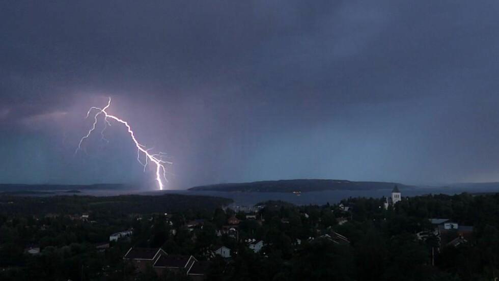 MER DRITTVÆR I VENTE: Dette bildet viser et lyn over Bunnefjorden like sør for Oslo. Det forventes generelt i hele landet at det blir mer intens nedbør, og at de større nedbørsmengdene vil komme oftere, sier klimaforsker Reidun Gangstø ved Meteorologisk institutt.  Foto: Per Løchen / NTB Scanpix