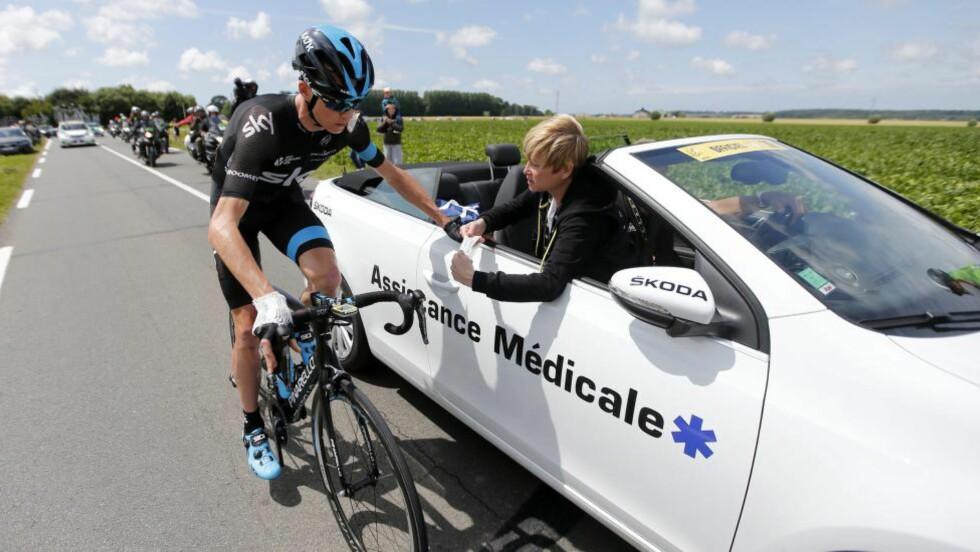 RØNTGEN: Forhåndsfavoritt og regjerende Tour de France-mester Chris Froome må til røntgen etter å ha skadd håndleddet i et stygt fall på tirsdagens fjerde etappe. Det bekreftet Sky-sjef David Brailsford etter etappen. Foto: EPA / KIM LUDBROOK / NTB Scanpix